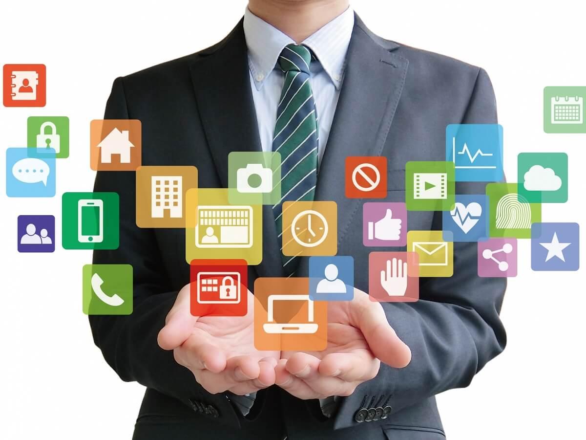 アプリを手の平にのせているビジネスマン