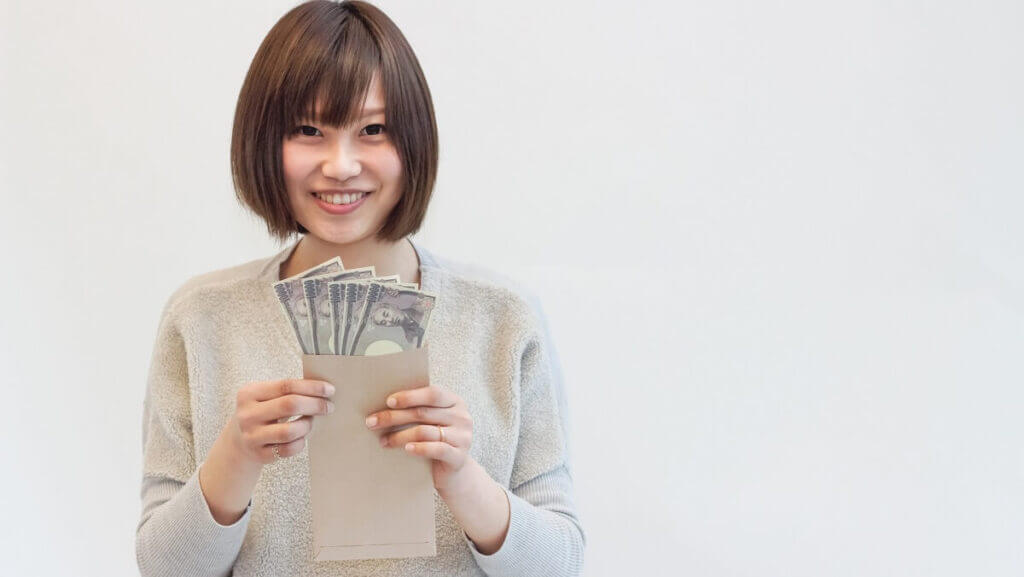 お金を手にする女性