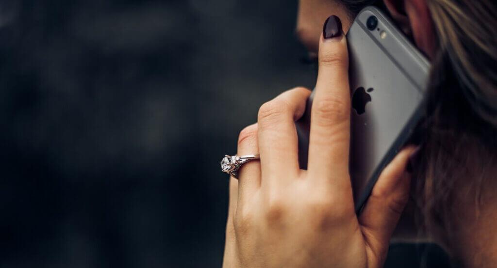 iphoneで電話する女性