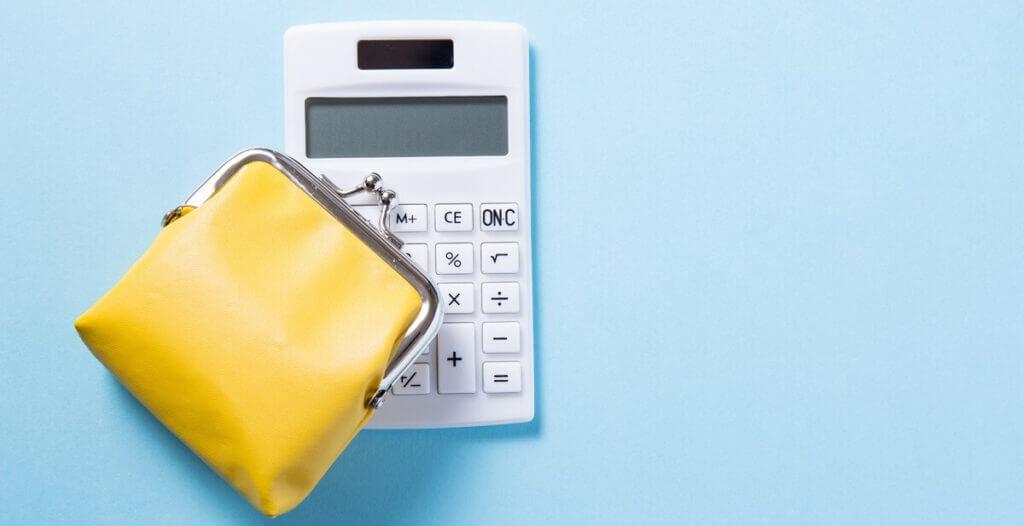 電卓と黄色い財布